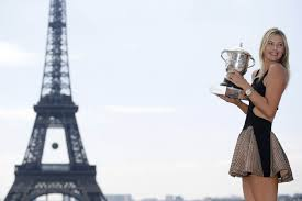 La rusa posó con su segundo trofeo en la torre eiffel