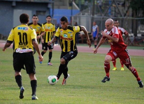 Ni Yohandry Orozco ni Gelmin Rivas pudieron hacer nada para evitar la caída del aurinegro. Foto: Prensa Táchira.
