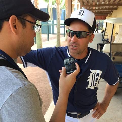 Omar Vizquel conversando con Enlapizarra.com en Lakeland. Fotos: Luis Párraga.