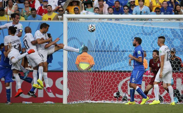 El uruguayo sentenció con un cabezazo igual que en la liga contra el Barcelona.